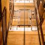 Com instal·lar un ascensor quan no hi ha buit en  l'escala?